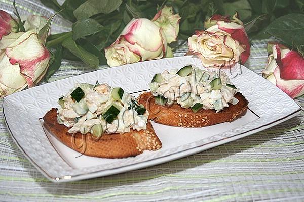 курино-яичный салат на тостах. Рецепт приготовления