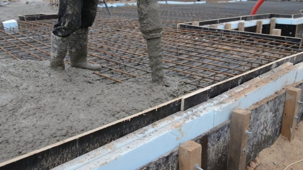 Укладка бетонных смесей с помощью вибратора